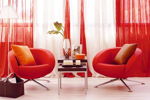 красный диван в интерьере.
